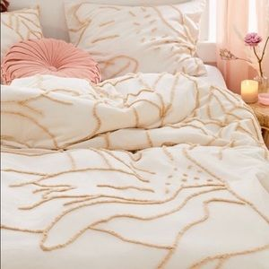 NEW Urban Outfitters Posy Tufted Duvet Cover